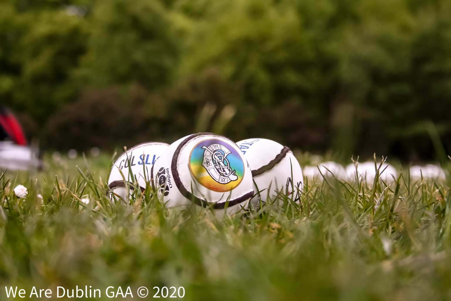 Three Camogie sliotars in a grass pitch, the Camogie Association has announced they will be streaming live five fixtures from Division 1 of the 2020 Littlewoods Ireland Camogie Leagues
